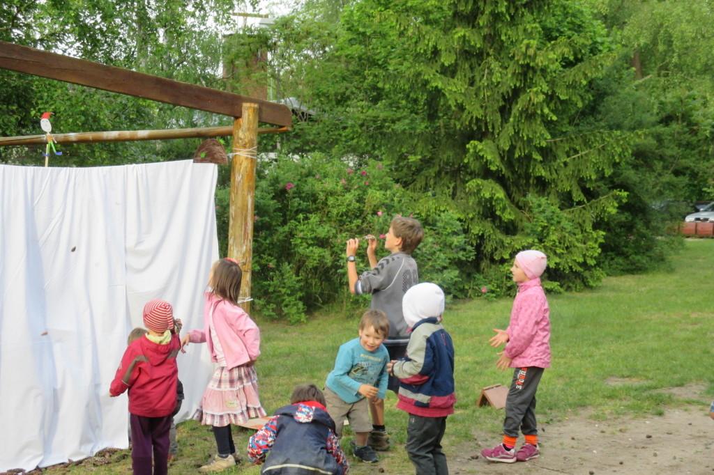 Dramatický závěr divadélka: děti bojují se sfingami.