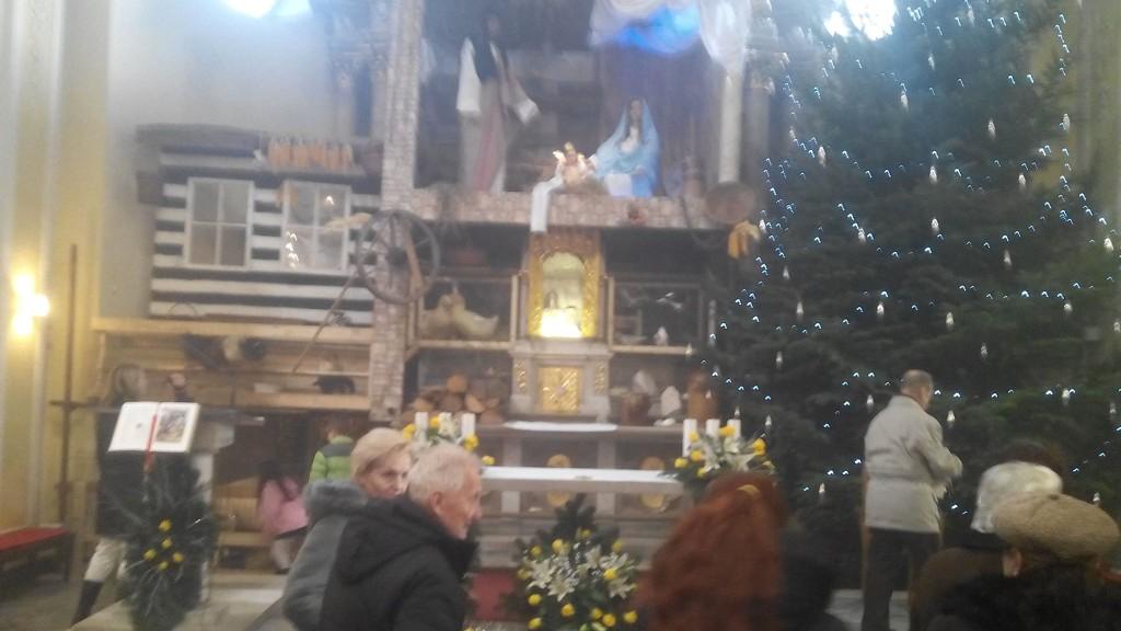 Takhle se v D. Lutyni chovají k oltáři