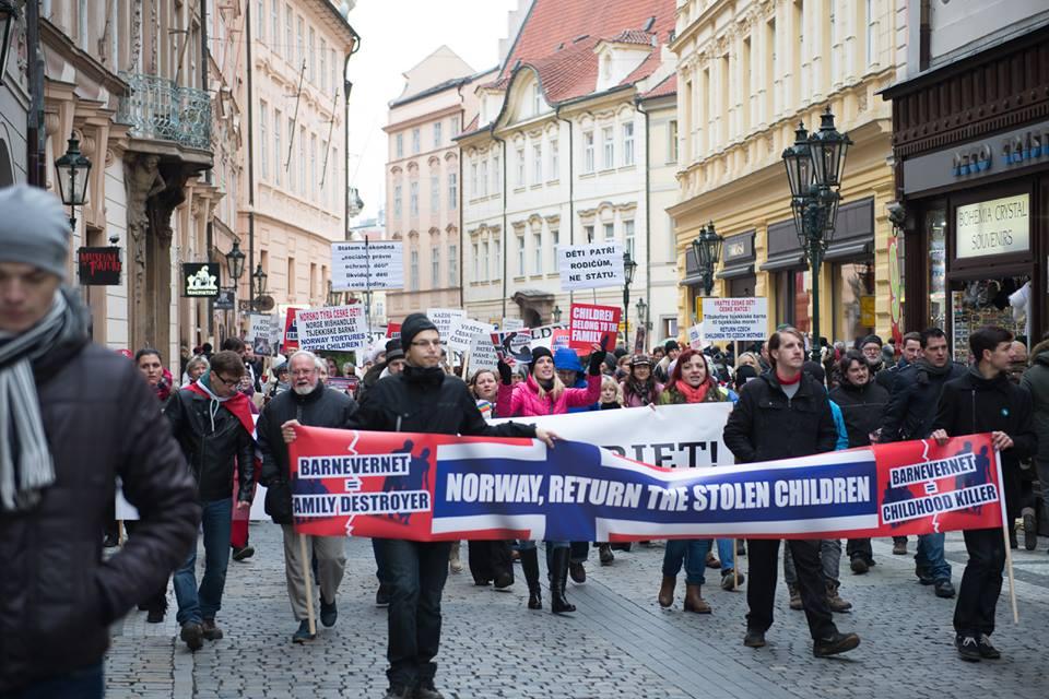 Pochod od ambasády k fondům (foto: Gabriela Sládková)