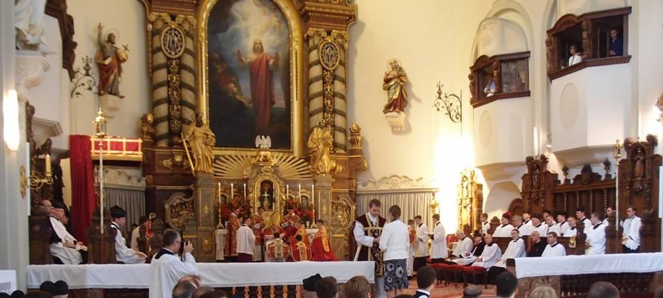 Matka otce Šrubaře přijímá dle místního zvyku plátno, kterým byly při obřadu svázány ruce novokněze.
